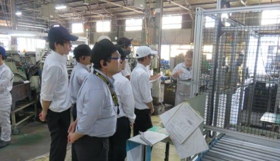 大学生の工場見学の様子