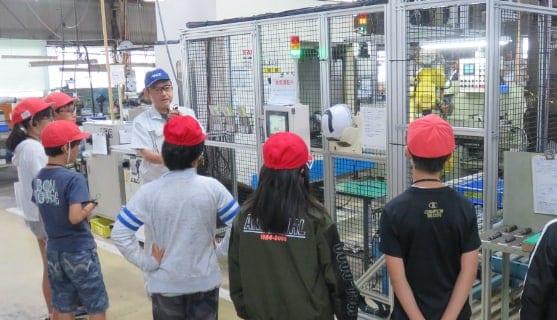 小学生の工場見学の様子