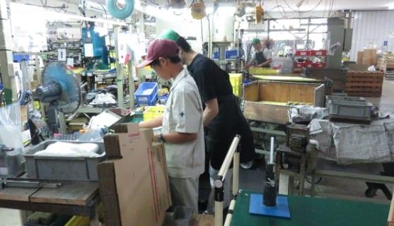 中学生の工場見学の様子